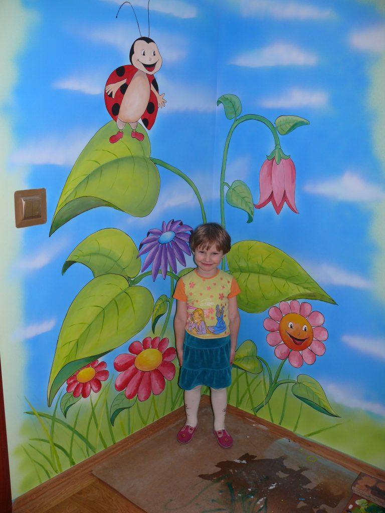 malowanie ściany w pokoju dziewczynki