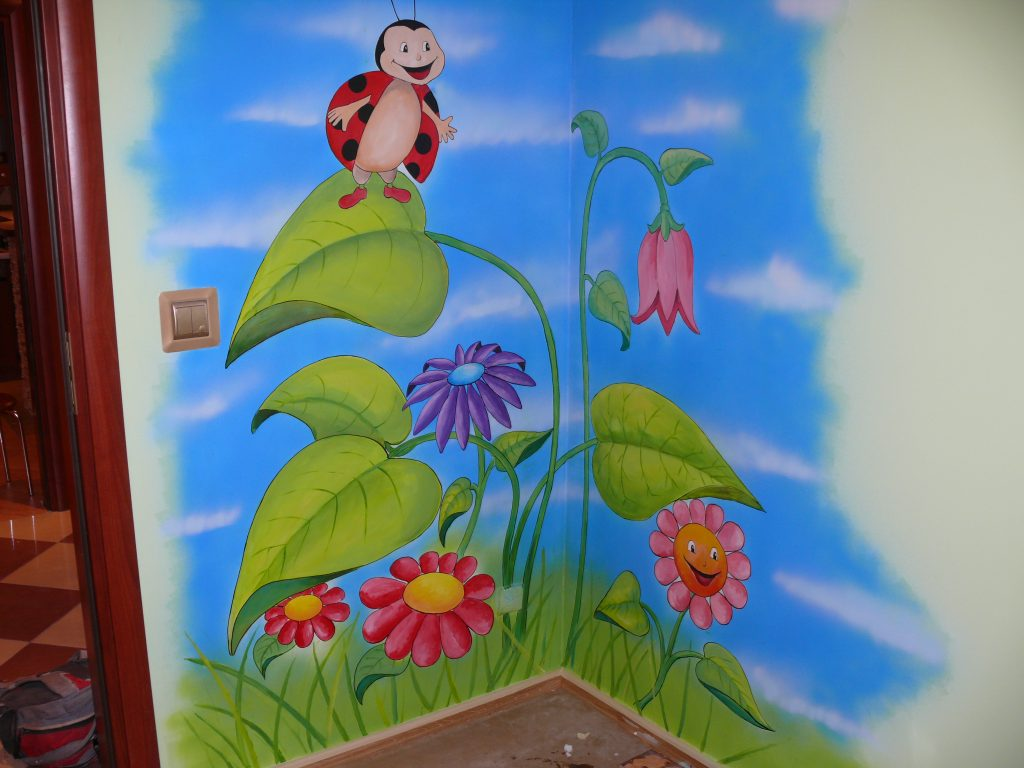 Malowanie obrazu na scianie w pokoju dziewczynki,