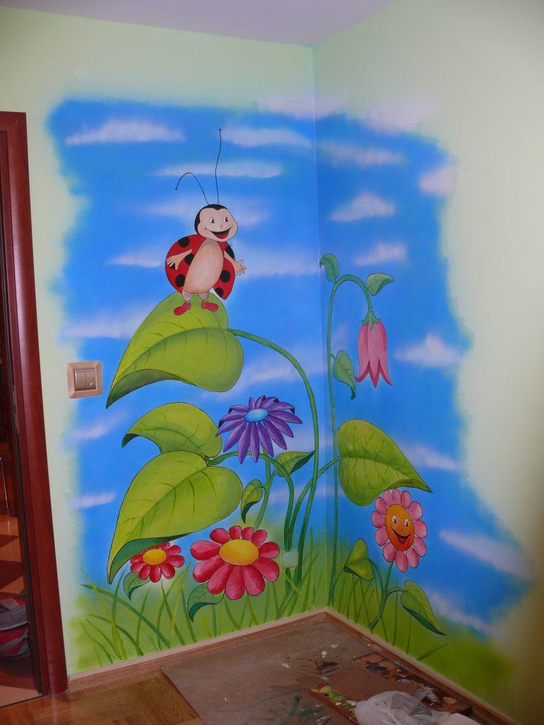 MAlowanie obrazu w pokoju dziewczynki, graffiti na ścianie