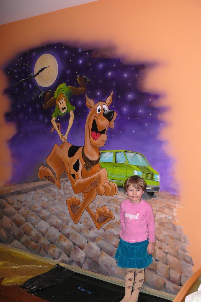 Malowanie obrazu na ścianie w pokoju dziecięcym