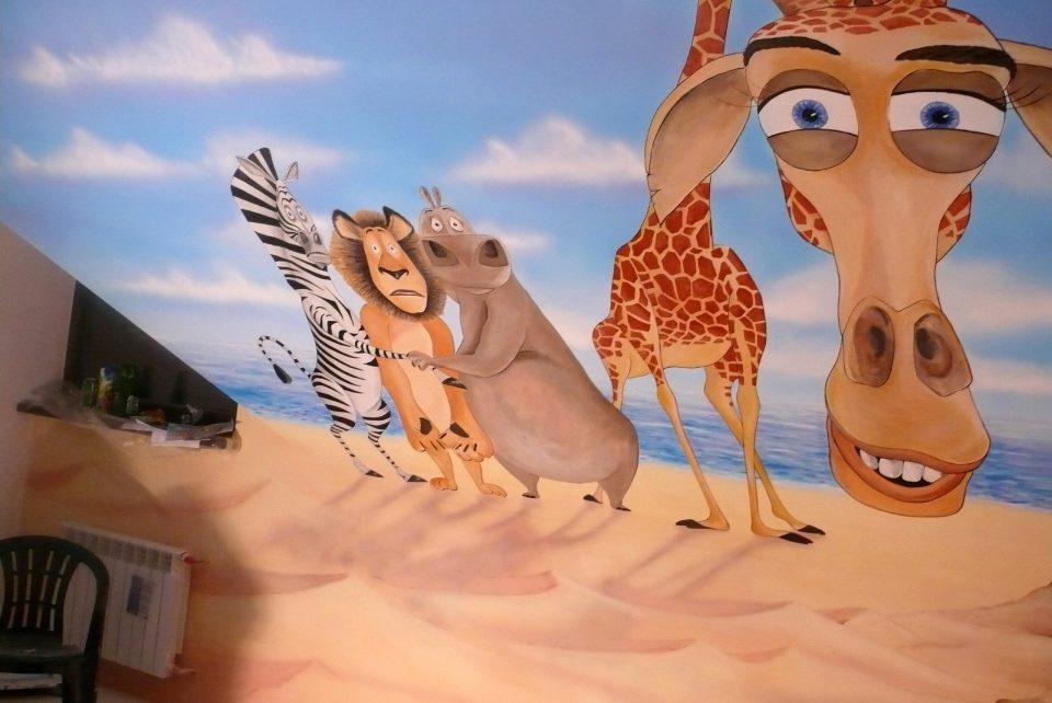 MAlowanie obrazu na scianie w pokoju dziewczynki Madagaskar