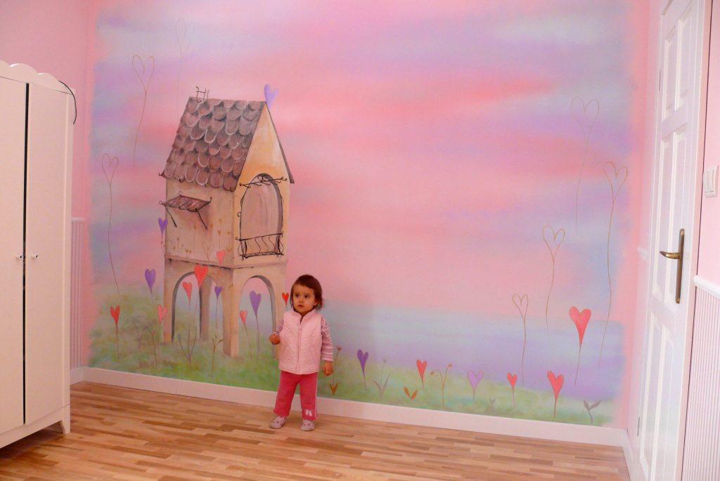 różowy pokój dziewczynki, artystyczne malowanie ścian w pokojach dziecięcych