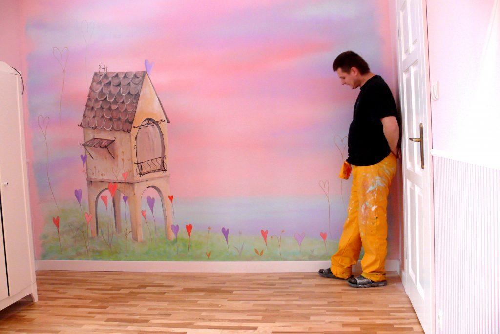 różowy pokój dziewczynki, artystyczne malowanie ścian w pokoju dziecięcym