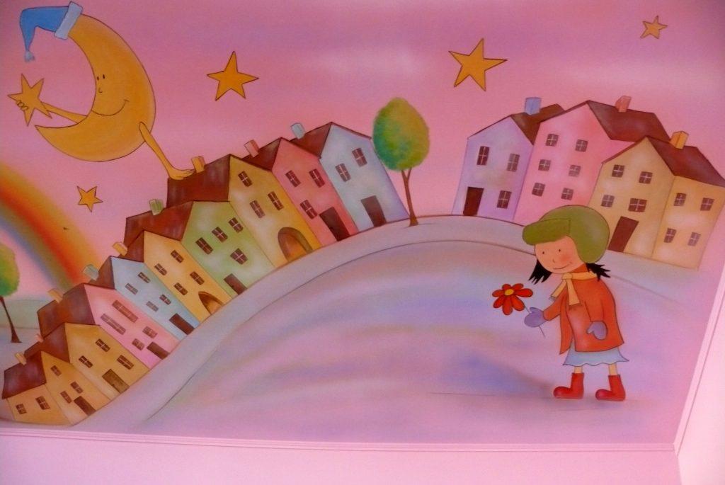 Artystyczne malowanie ściany w pokoju dziewczynki