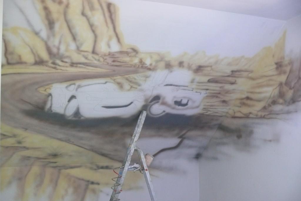 Malowanie na ścianie motywu z bajki Cars