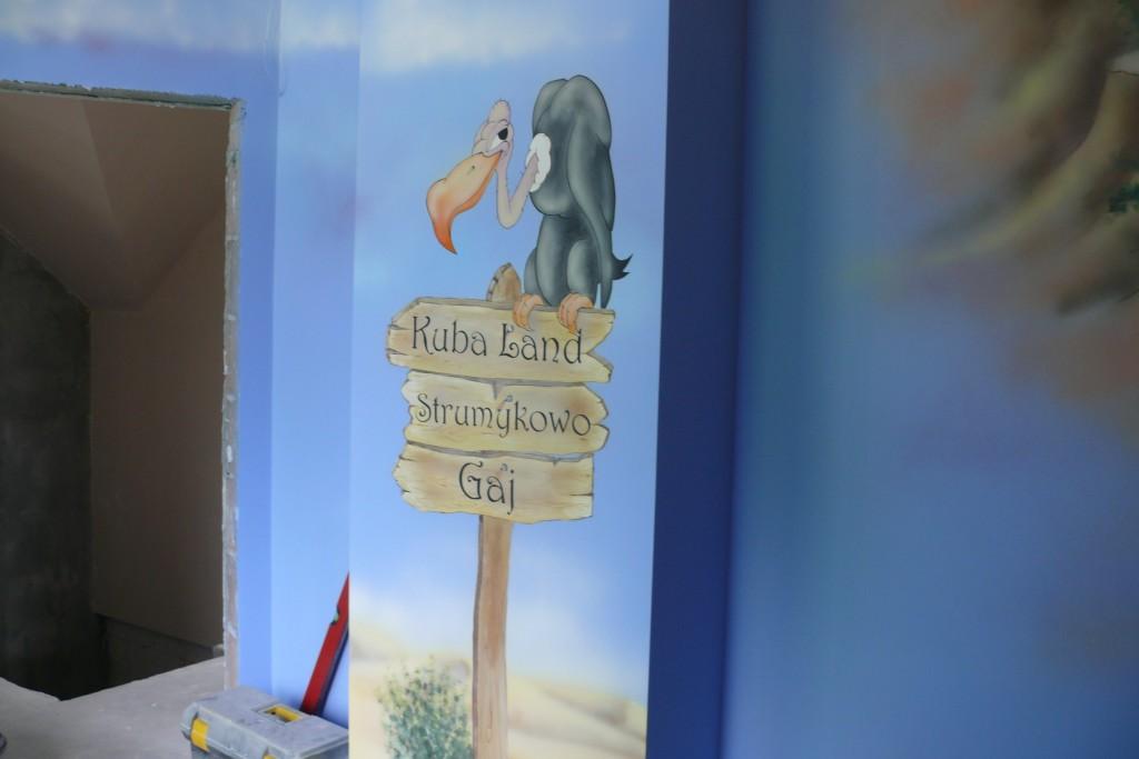 Artystyczne malowanie sciany w pokoju dziecka, pokój na poddaszu inspiracja