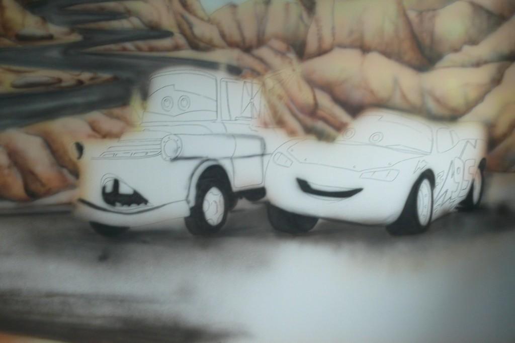 Motyw z bajki samochody namalowany na scianie w pokoju dziecięcym