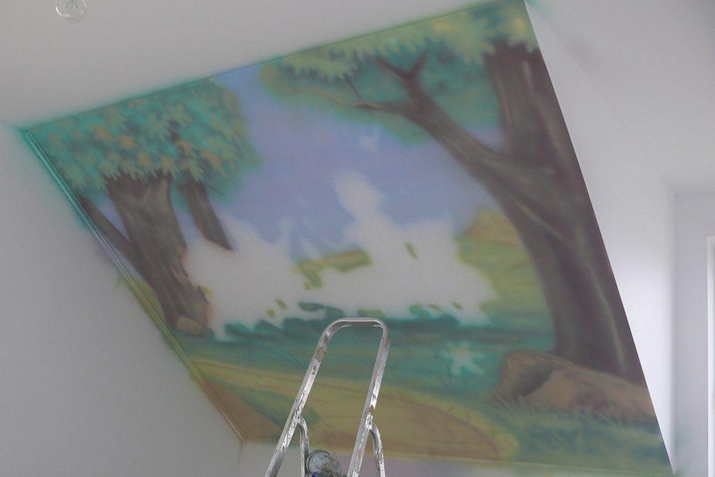 Malowanie ściany w pokoju dziewczynki, malowanie bajek na ścianie dla dzieci