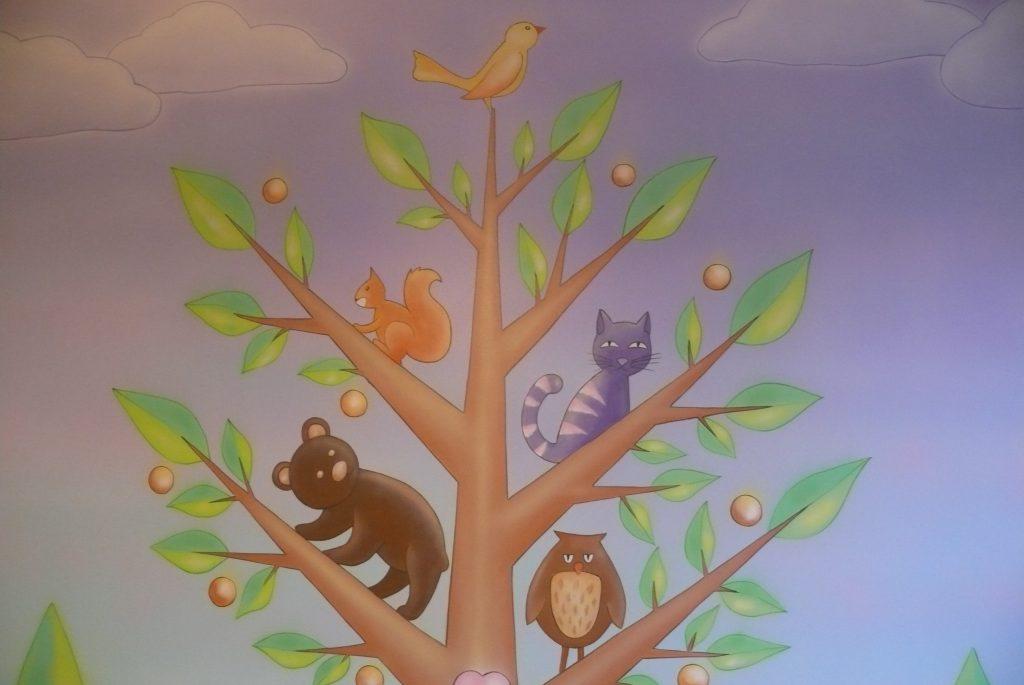 Malowanie drzewka na ścianie w pokoju dziewczynki