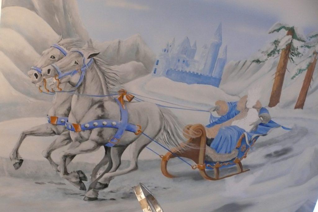 Pokój dziewczynki, malowanie obrazu na ścianie królowa śniegu,