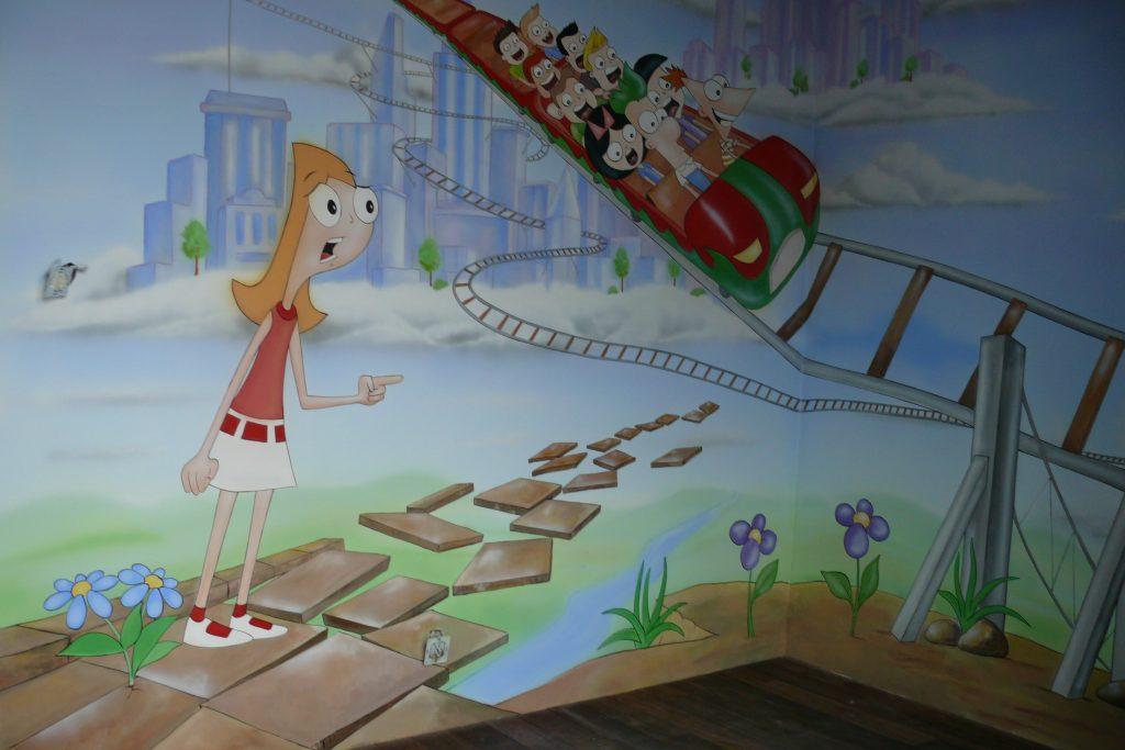 Malowanie obrazu na ścianie w pokoju dziewczynki, mural 3D