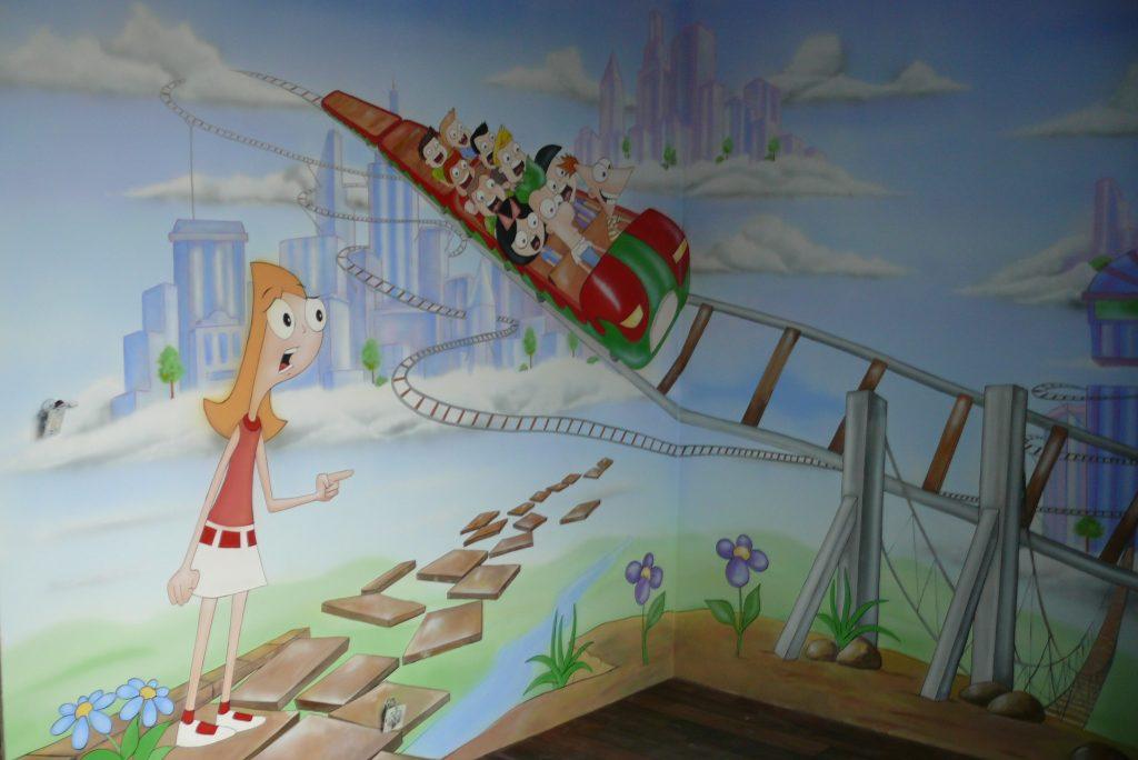 Malowanie graffiti w pokoju dziewczynki,
