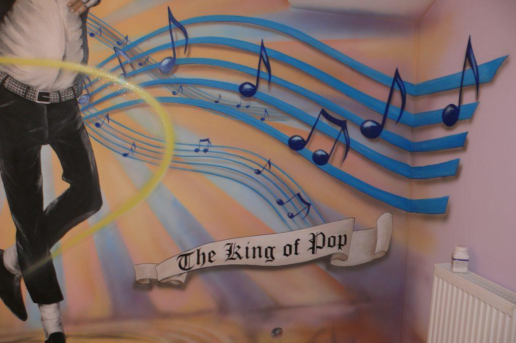 Graffiti na ścianie w pokoju nastolatki, aranżacja ściany