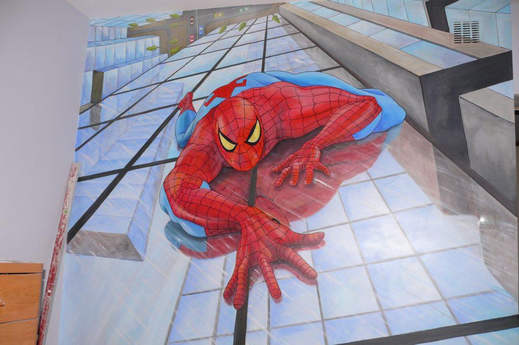 Pokój chłopca, malowanie na ścianie bohatera komiksowego Spider-mana