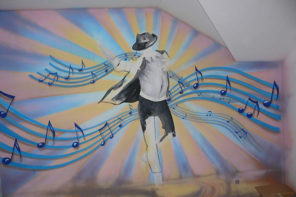 Malowanie obrazu na ścianie w pokoju dziewczęcym, pokój nastolatki aranżacja