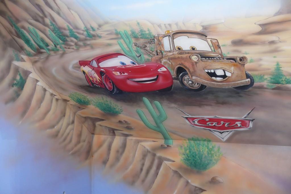 Zygzak i złomen, mural namalowany na ścianie w pokoju chłopca