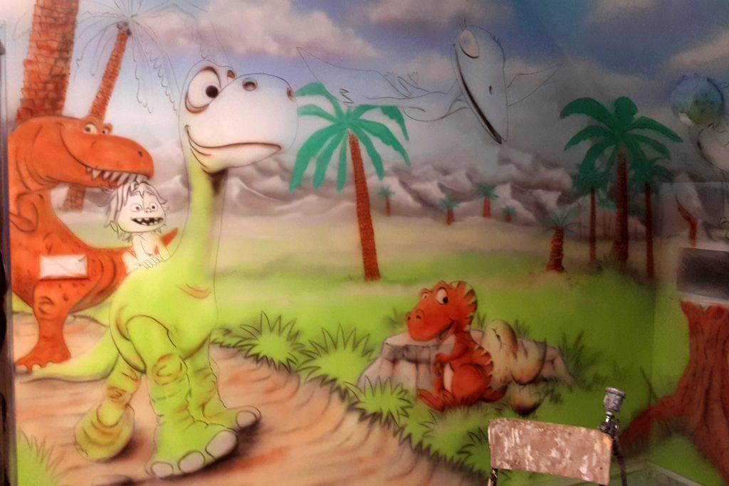 malowanie dinozaurów na ścianie w pokoju dziewczynki