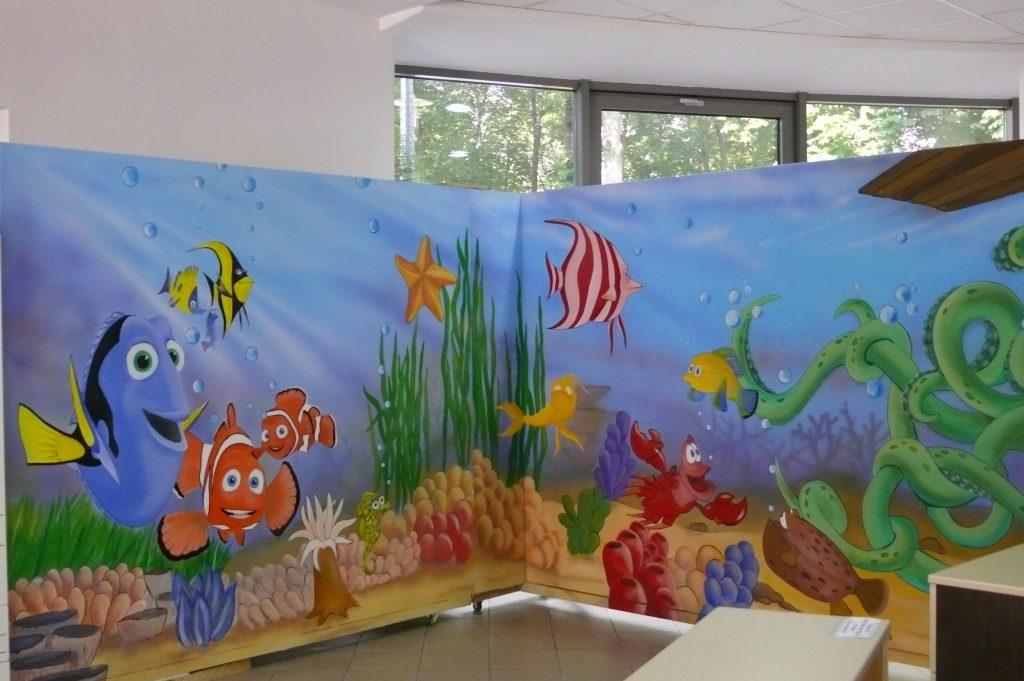 Malowanie obrazu na scianie w pokoju dziecięcym,