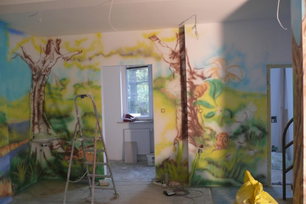Malowanie bajkowego obrazu na ścianie