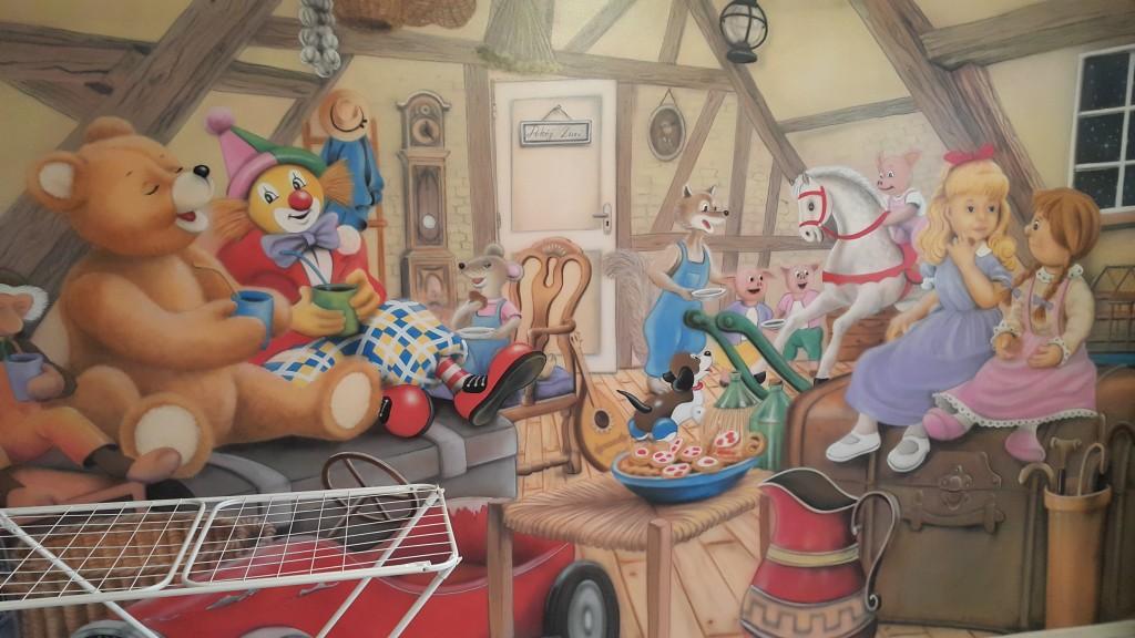 Malowanie obrazu na ścianie w pokoju dziewczynki