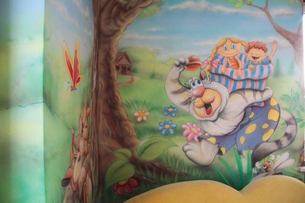 Malowanie bajkowego graffiti na ścianie w pokoju dziecka