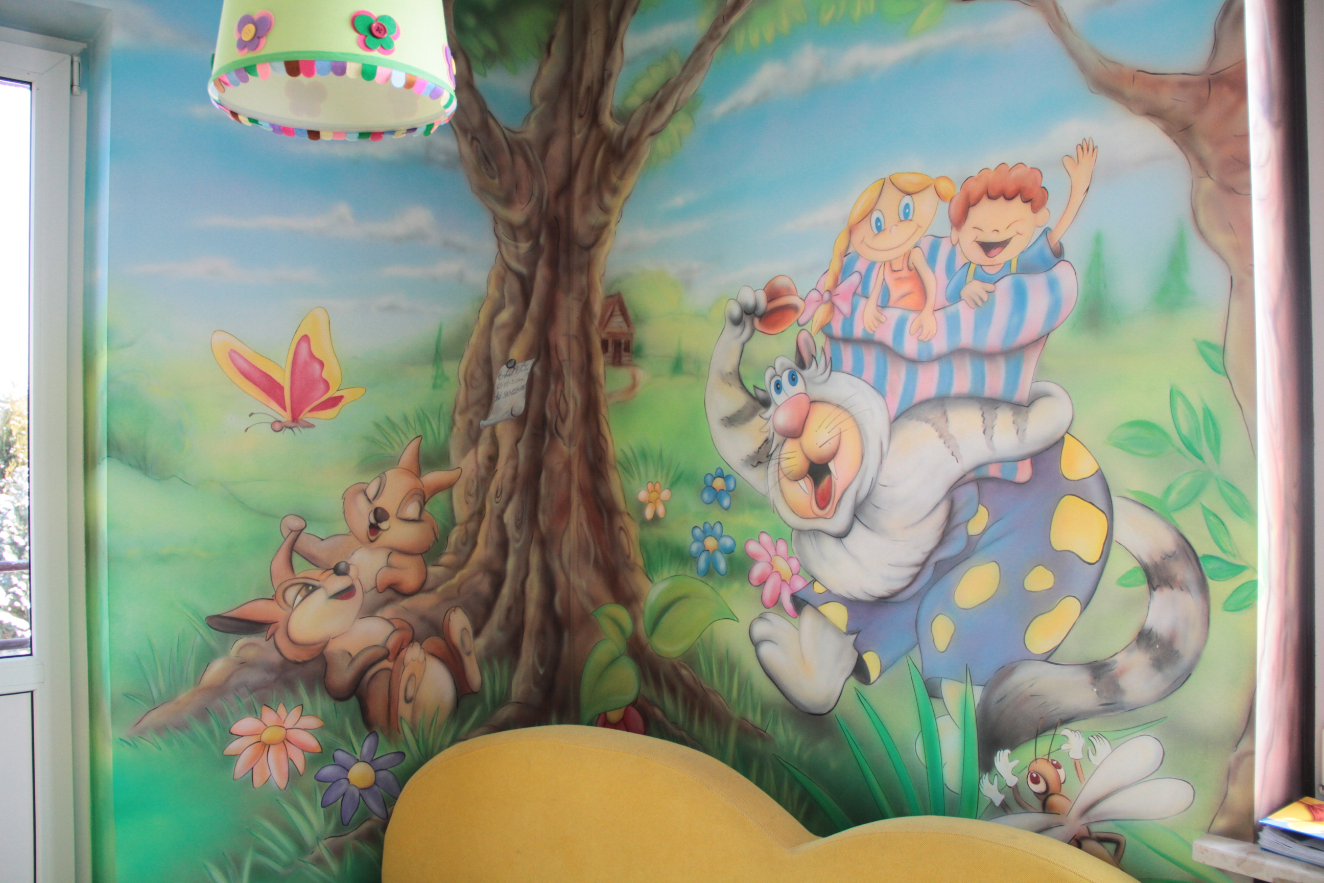 Malowanie grafiki na scianie w salonie fryzjerskim dla dzieci