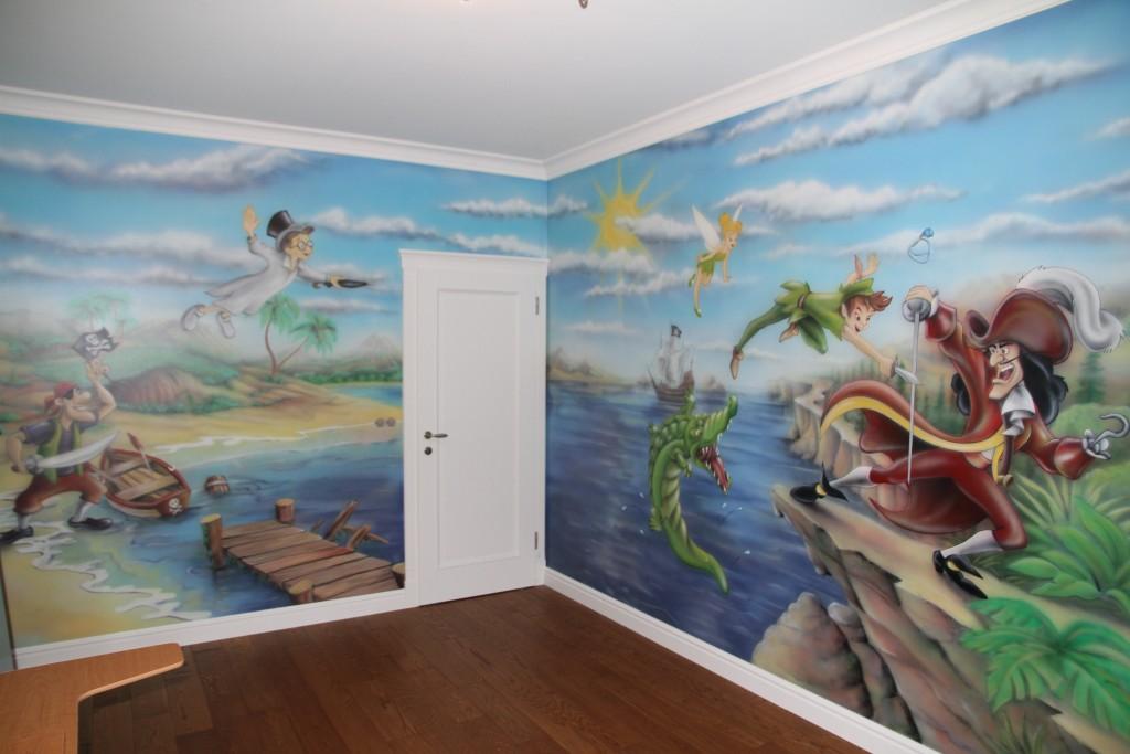 Malowanie obrazu ściennego w pokoju chłopca