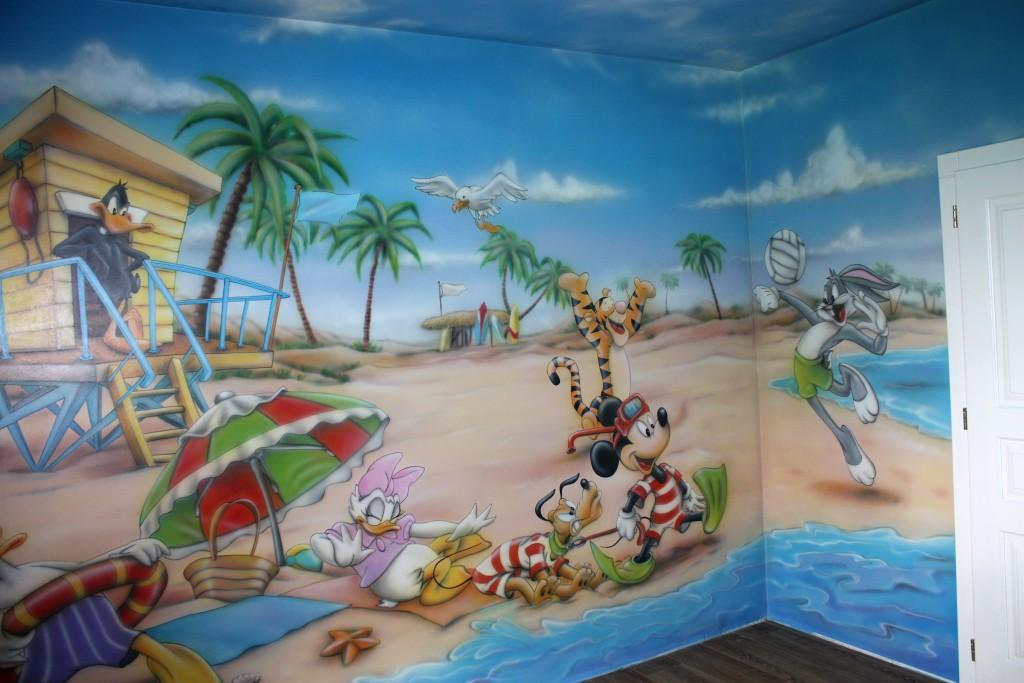 Malowanie bajkowego obrazu na ścianie w pokoju dziecka