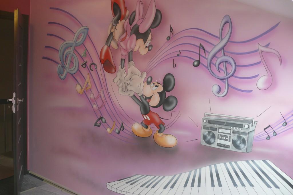 Pokój dfziewczynki, grafika ścianna myszki Micki, mural 3D