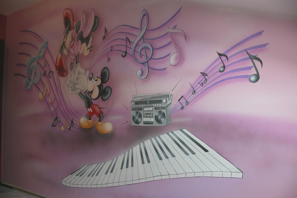 Malowanie na ścianie motywu z bajki Myszka Micki