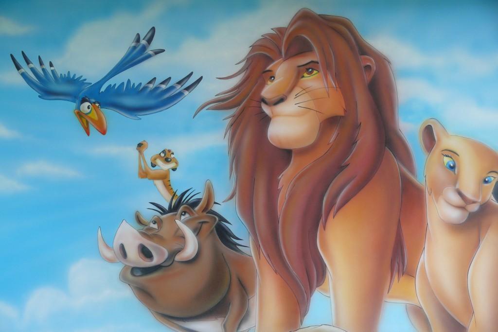 Mqalowaniemotywu z bajki Króla Lwa, mural w pokoju dziecka