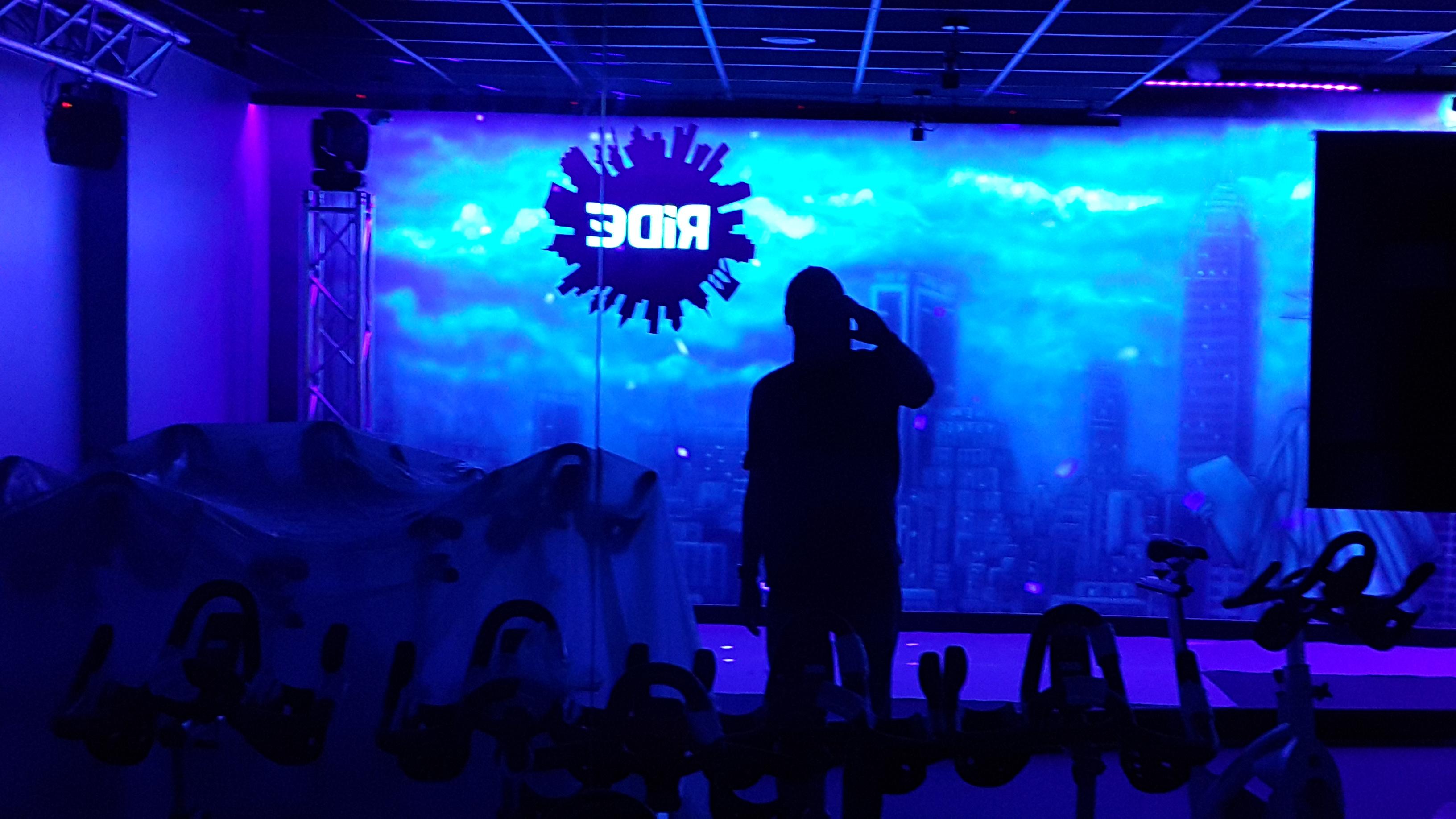 Malowanie loga w ultrafiolecie, malowidło świecące w ciemności