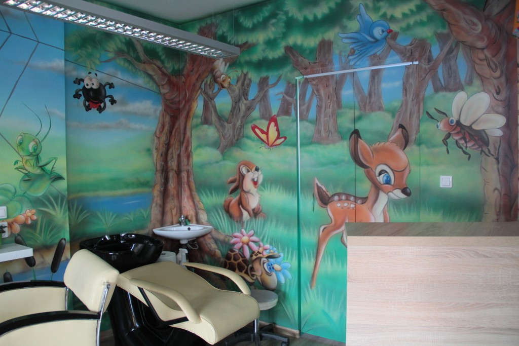 Malowanie kolorowego obrazu na ścianie dla dziecka, motyw bajkowy