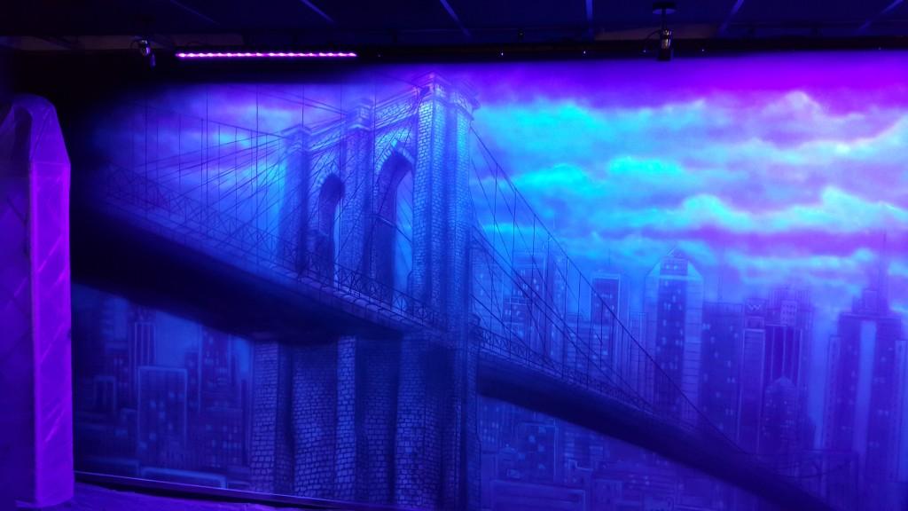 Malowanie mostu, obraz UV, świecenie obrazu pod lampą ultrafioletową