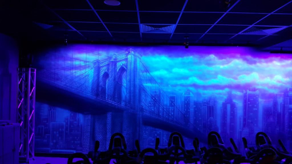 Malowanie farbami świecącymi pod lampą ultrafioletową