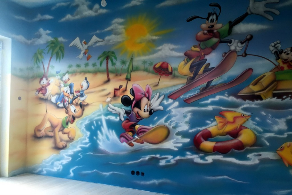 Malowanie Myszki micki na ścianie w pokoju dziecięcym