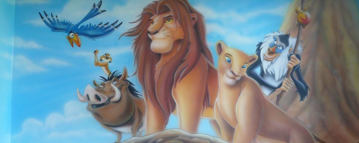 Rysunek na scianie w pokoju dziecka przedstawiający Króla Lwa, Malowanie obrazu na ścianie