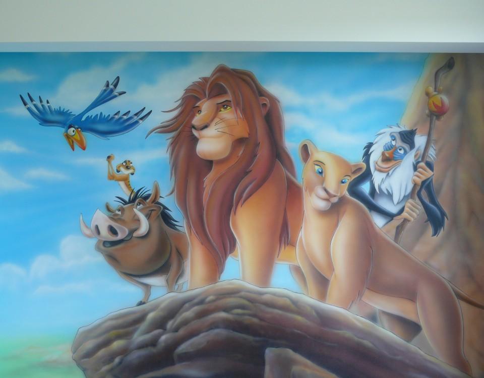 Rysunek na scianie w pokoju dziecka przedstawiający Króla Lwa