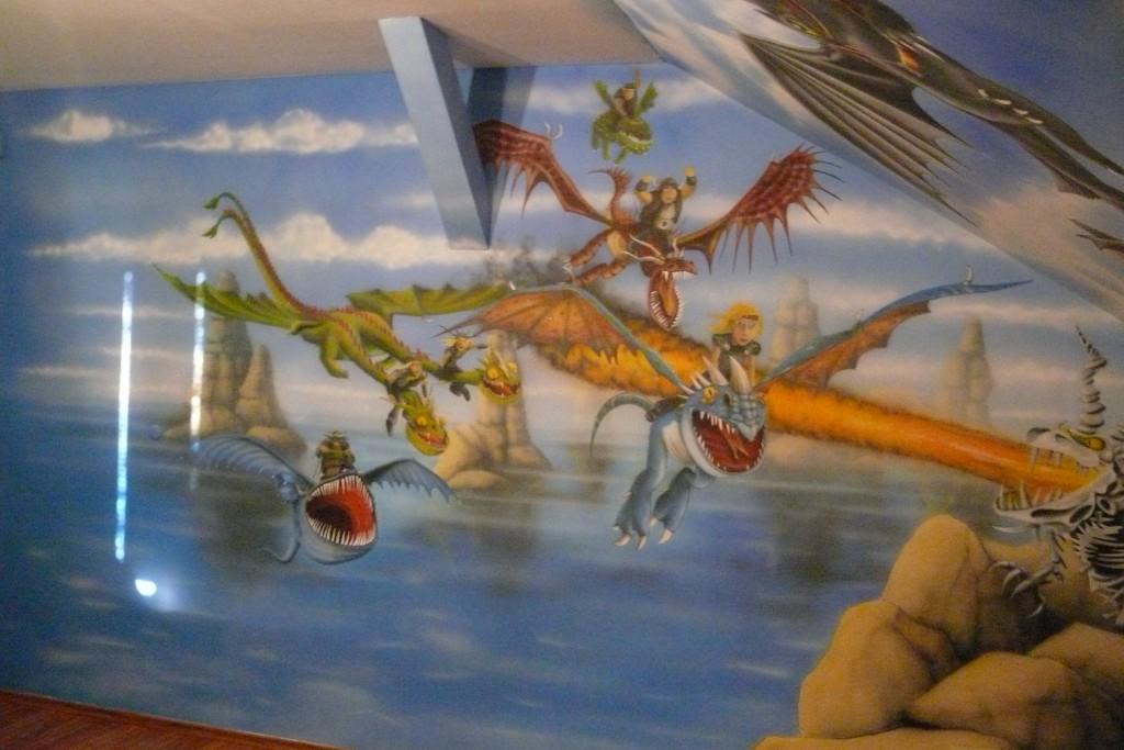 malowanie obrazu na ścianie w pokoju chłopca