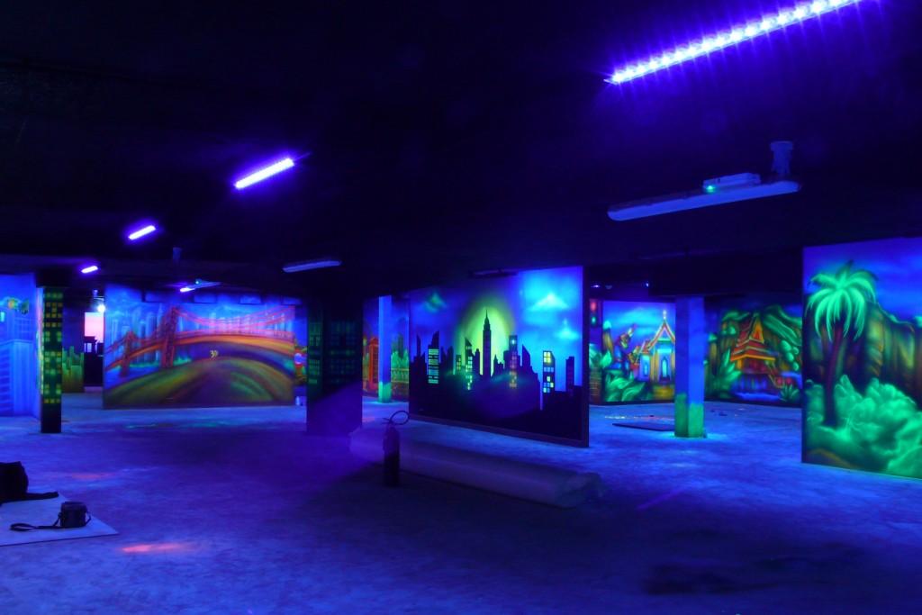 Malowanie farbami UV, mural świecący w ciemności, artystyczne malowanie scian,