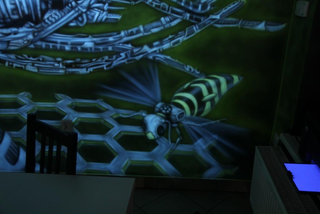 Mural UV, biomechanika, malowidlo ścienne świecące w ciemności, mechaniczna pszczoła