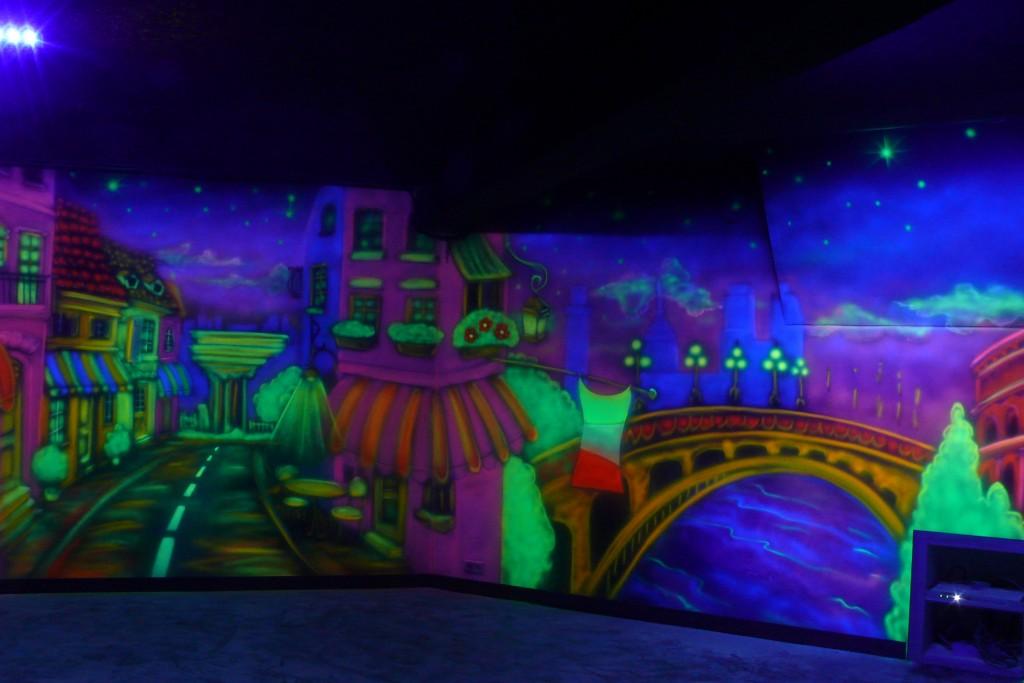 Malowanie świecących obrazuw, grafitti ścienne w ultrafiolecie, malowanie ścian w dyskotece
