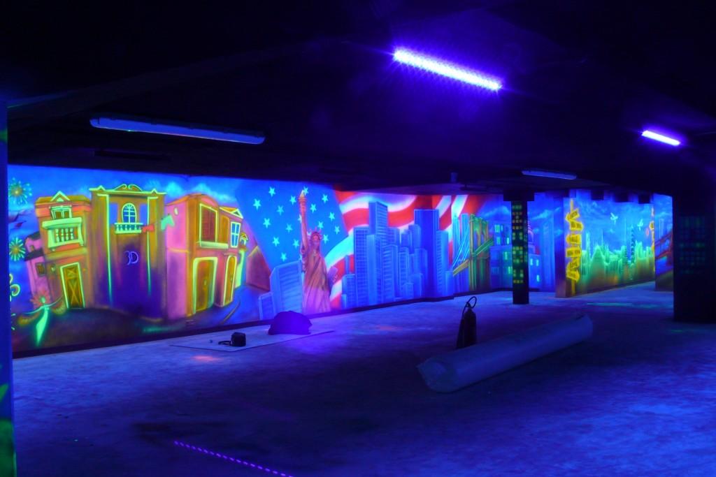 Malowanie rysunku na ścianie farbami UV, malarstwo ścienne, rysunek w ultrafiolecie