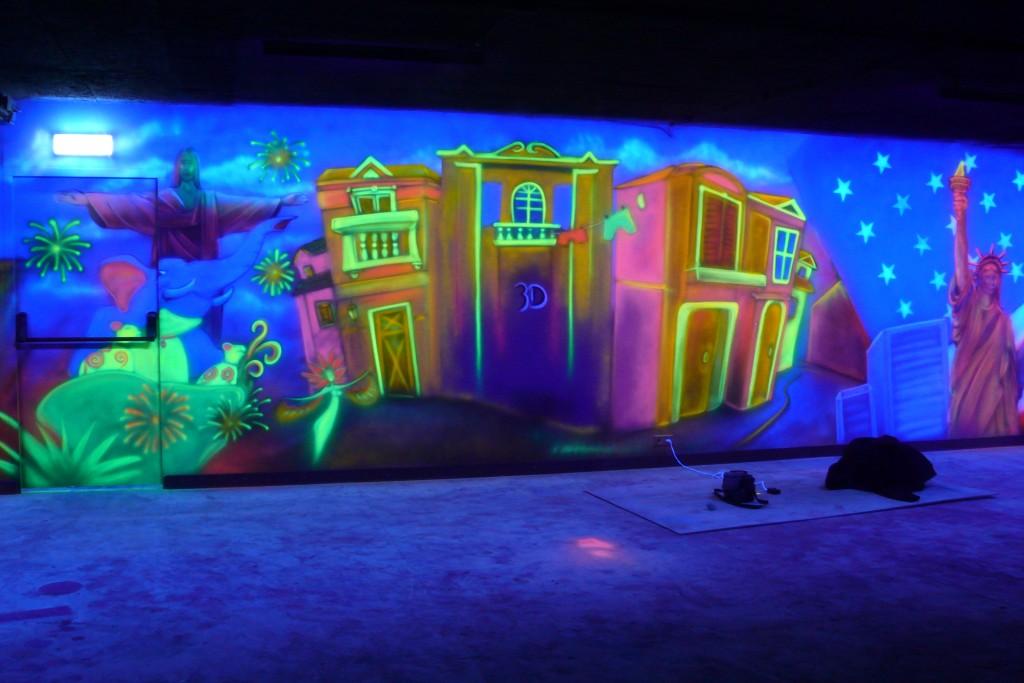 Grafika ścienna, mural UV świecący w ultrafiolecie, kręgielnia w ultrafiolecie,
