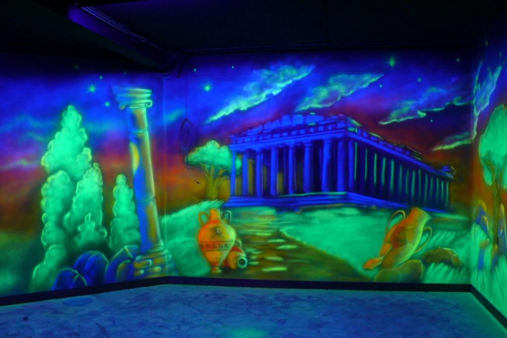Artystyczne malowanie ścian, malunek UV wymalowany na scianie, farbami ultrafioletowymi,
