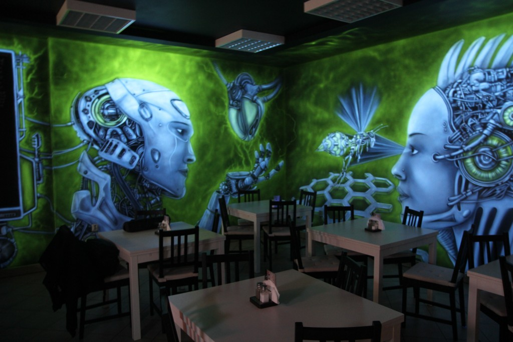 Grafitti na ścianie w klubie, mural UV malowanie farbami ultrafioletowymi