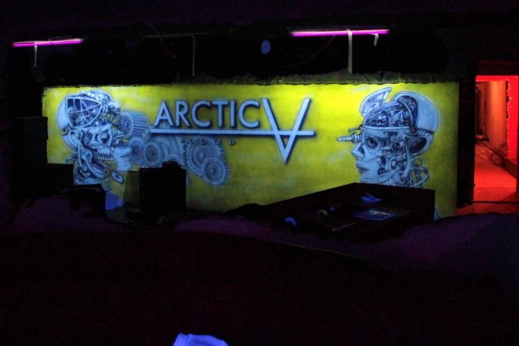 Aranżacaj scian nowoczesnego klubu, obrazu malowane farbami ultrafioletowymi świecące ściany w klubie, dyskotece, barze. nowoczesny wystrój