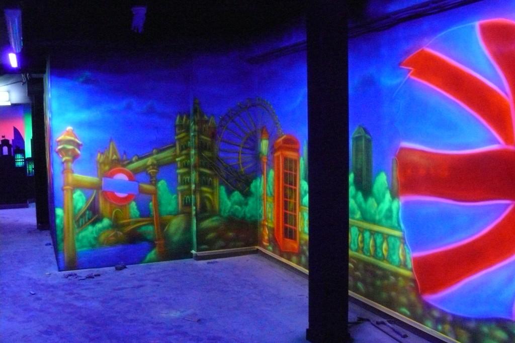 Malowanie farbami UV, sala minigolfa, mural UV grafitti malowane na ścianie