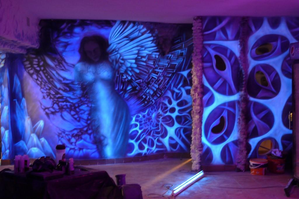 Mural w klubie, malowanie ścian w klubie farbami ultrafioletowymi, biomechanika, anioł