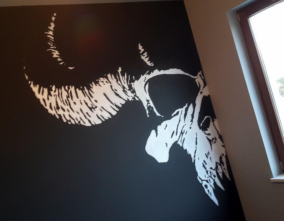 malowanie loga na ścianie,